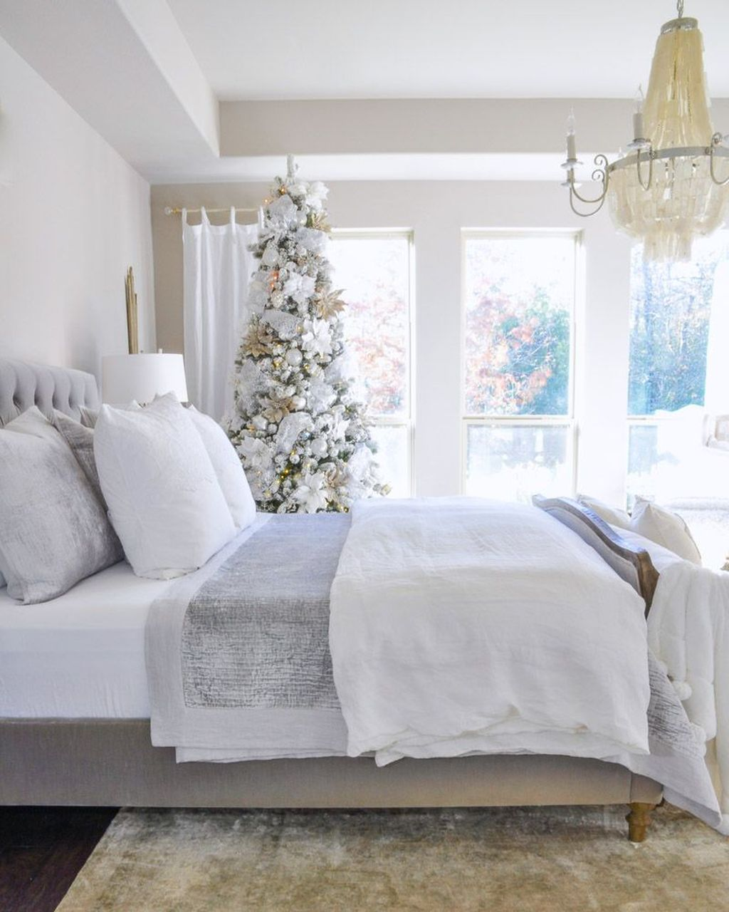 Gorgeous White Christmas Bedroom Decorating Ideas 35