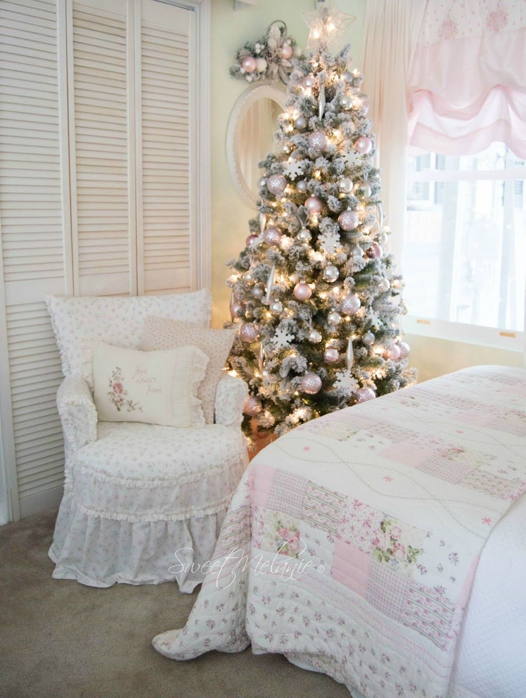Gorgeous White Christmas Bedroom Decorating Ideas 37