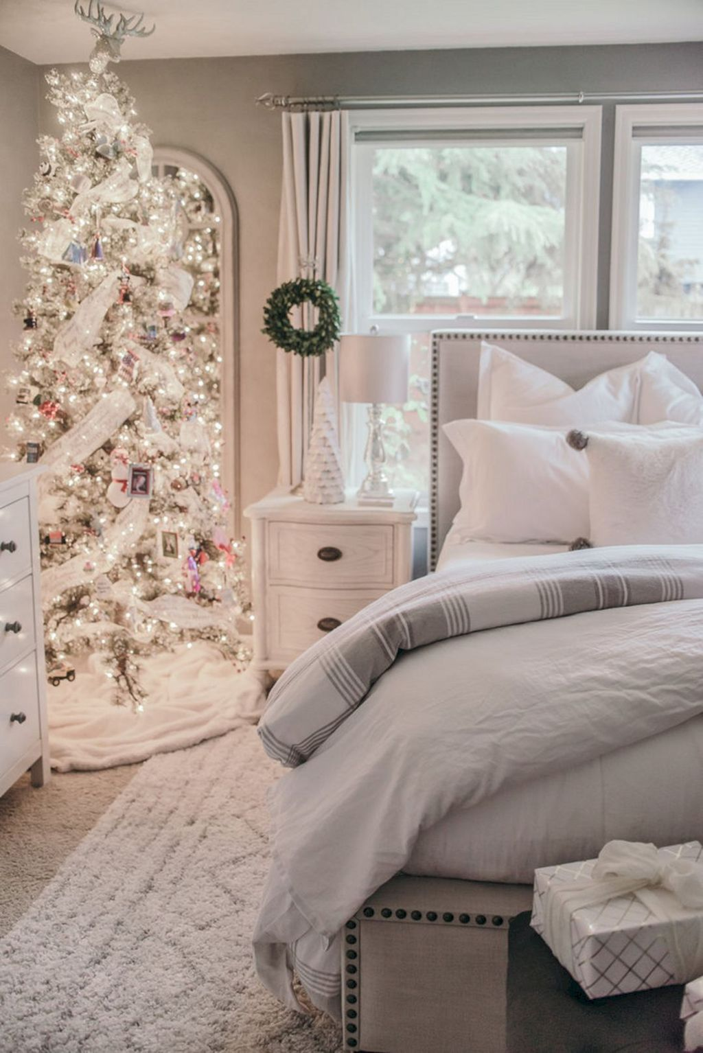 Gorgeous White Christmas Bedroom Decorating Ideas 44