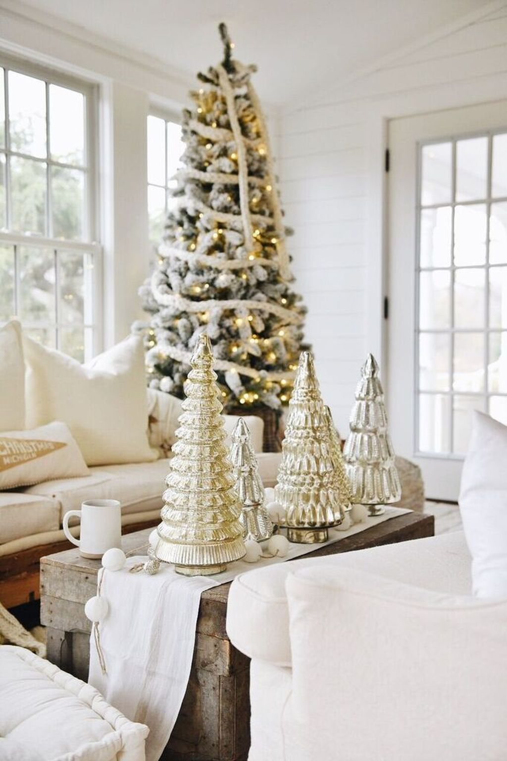 Popular Christmas Theme Coffee Table Decoration Ideas 19
