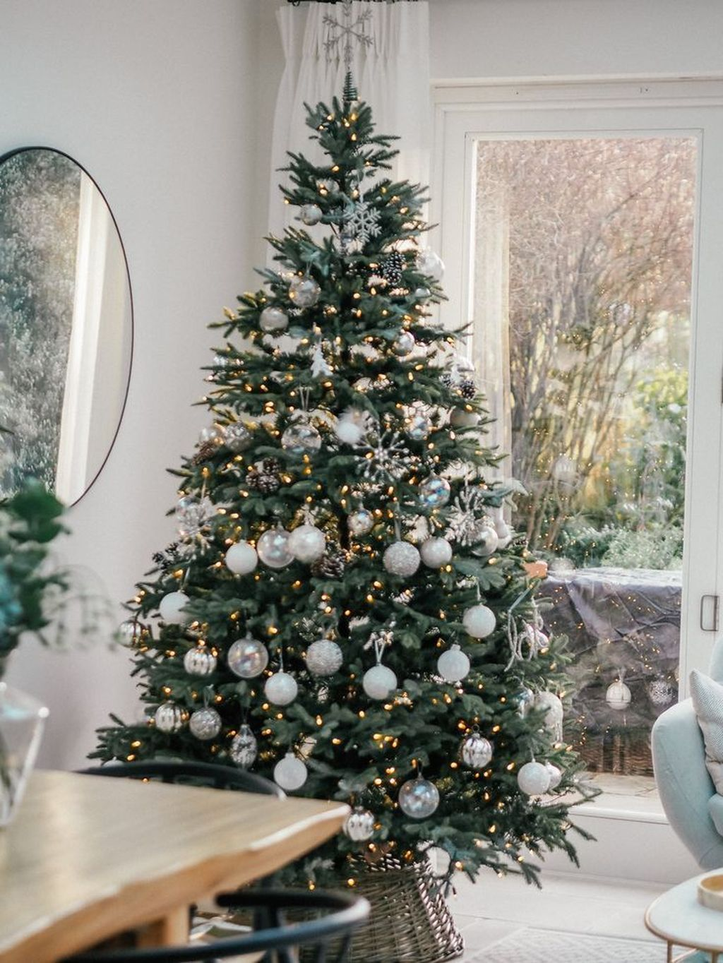 Stunning White Christmas Tree Ideas To Decorate Your Interior 46