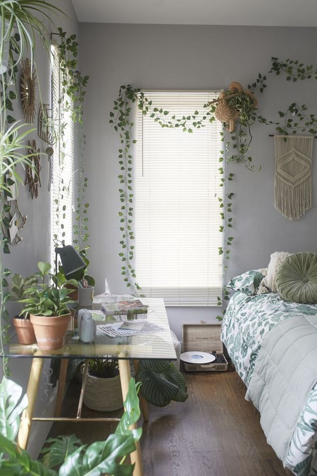 Lovely Bedroom Decor With Plant Ideas 14