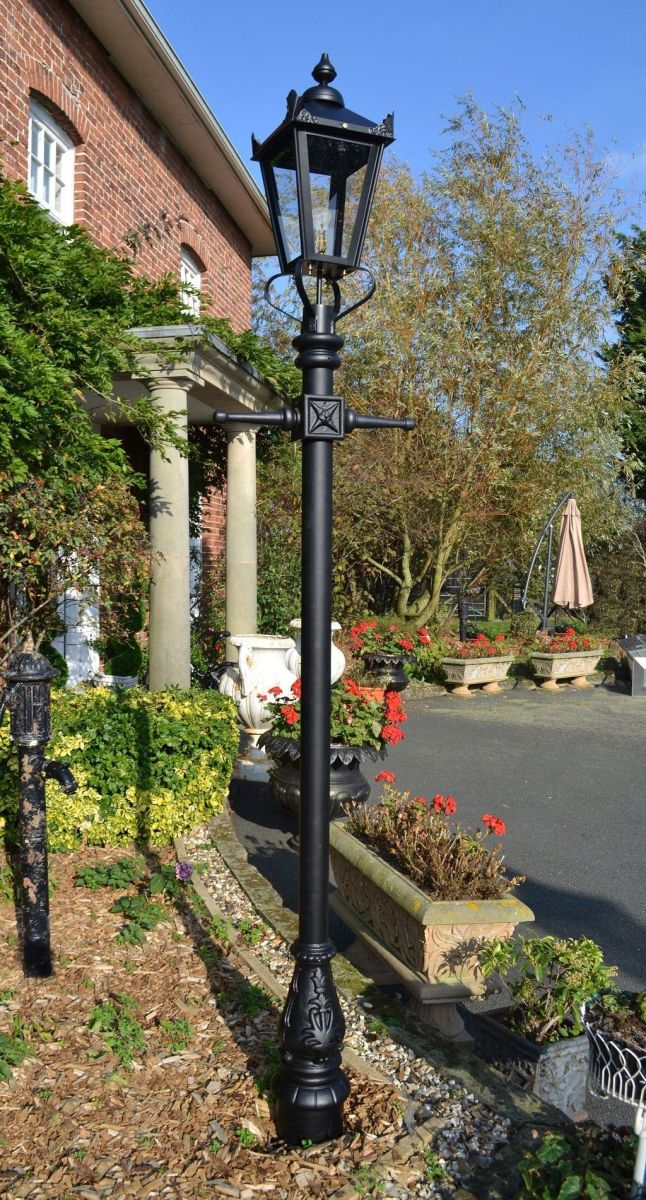 Stunning Outdoor Lamp Posts For Front Yards Decor 27