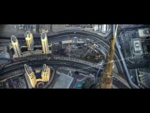 Jetman Yves Rossy vole entre 2 tours à Dubai : Young Feathers 4K – YouTube