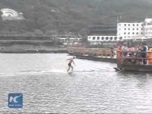 Un moine shaolin marche sur l'eau sur 125 mètres sur un lac – YouTube