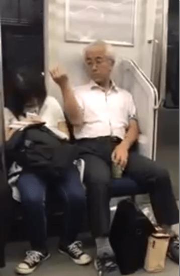 【今週のバカったー】JKにチン毛を振りかけるオジサンが電車内に出没wwバレないようにそぶりしつつも撮影され炎上