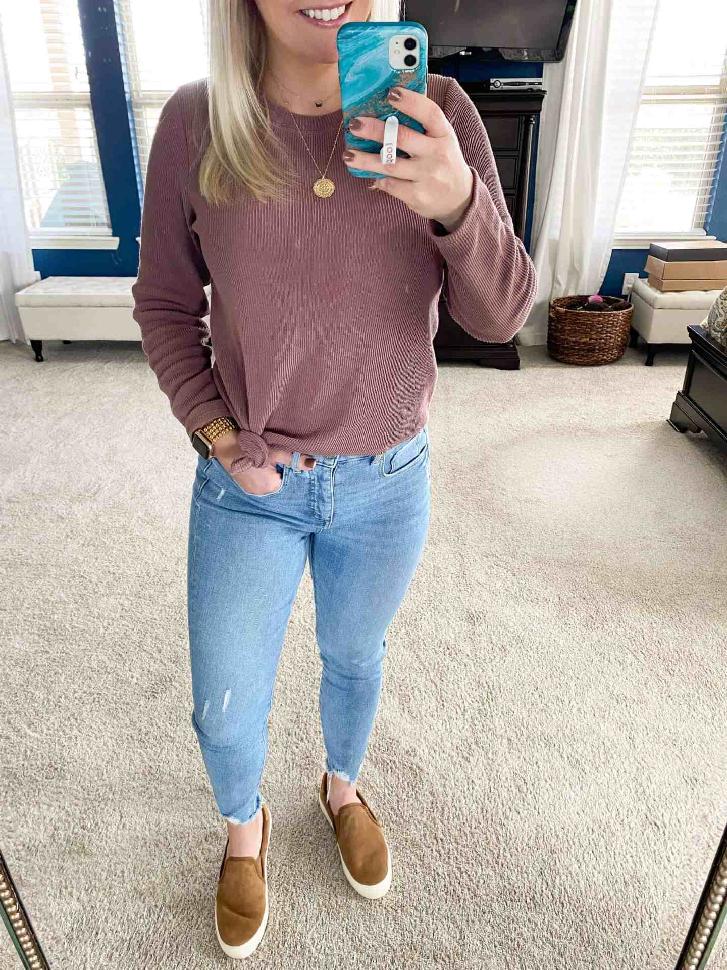 casual-mom-outfit-jeans