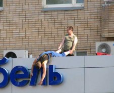 workplace-safety-fails-men-accident-waiting-to-happen-5-58cfea6ccc6a5__605-7