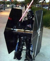 Costume génial, intégrant la chaise roulante 02