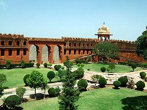 300px-Rajasthan-Jaipur-Jaigarh-Fort-compound-Apr-2004-00