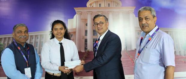 Manini Kaushik received a cash award