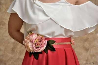 Falda coral y cinturón de flores