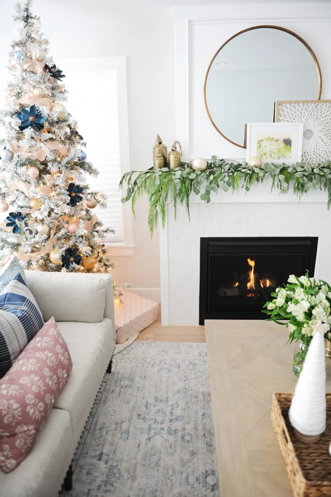 31 Dazzling Christmas Living Room Decor Ideas