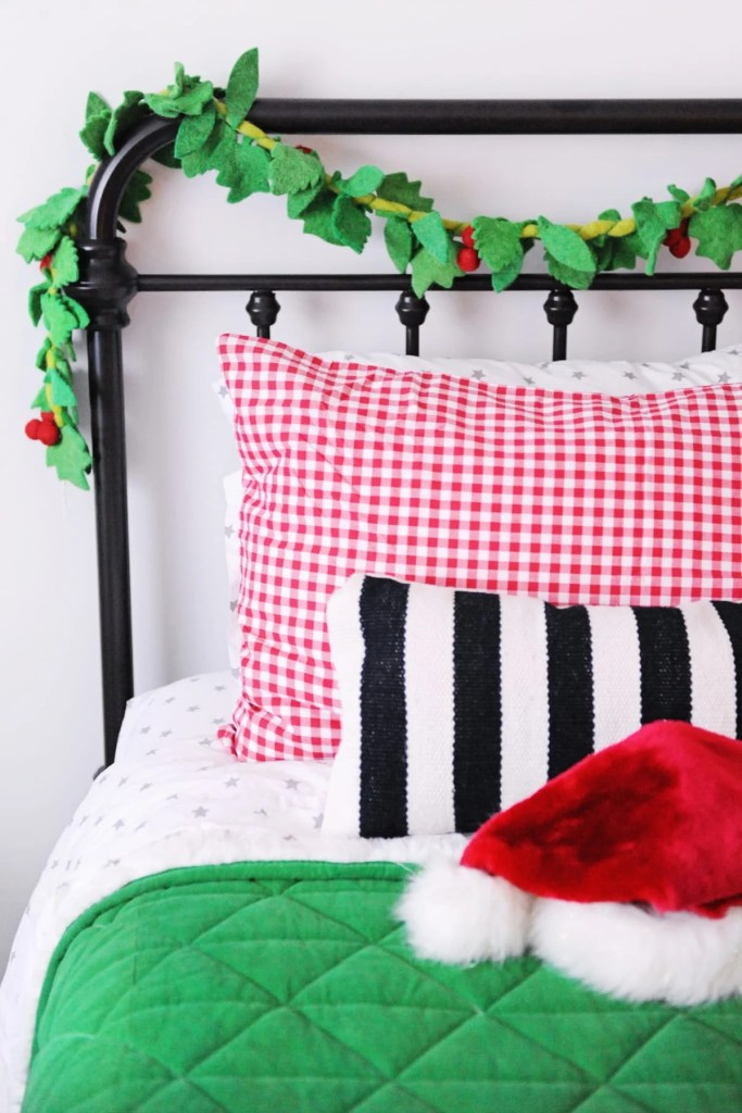 Cute and Cheerful Christmas Bedroom Decorating Ideas
