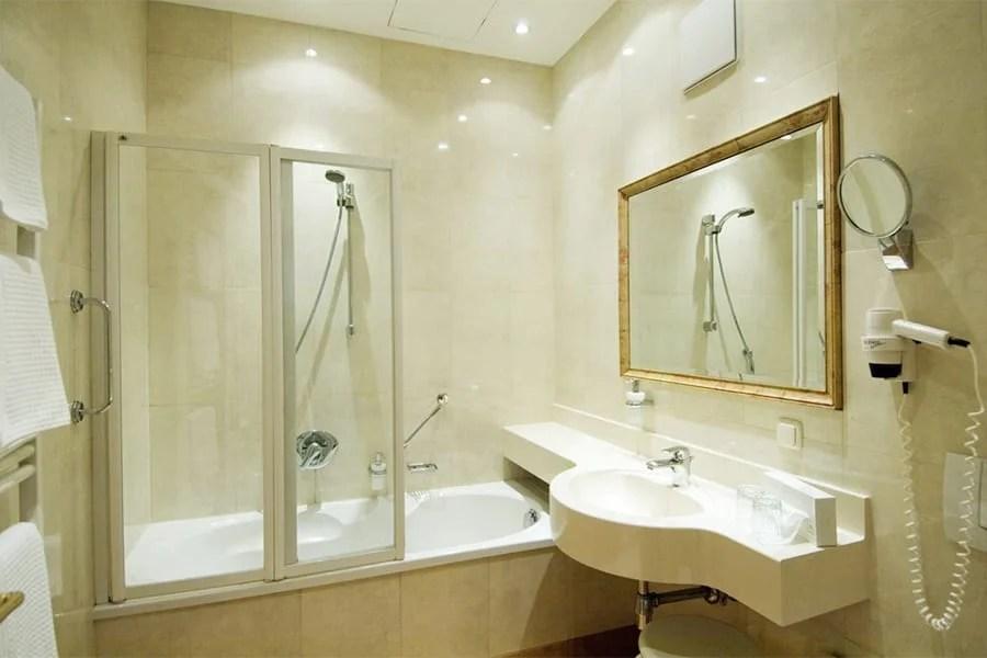 Hotel elefant salburg bathroom