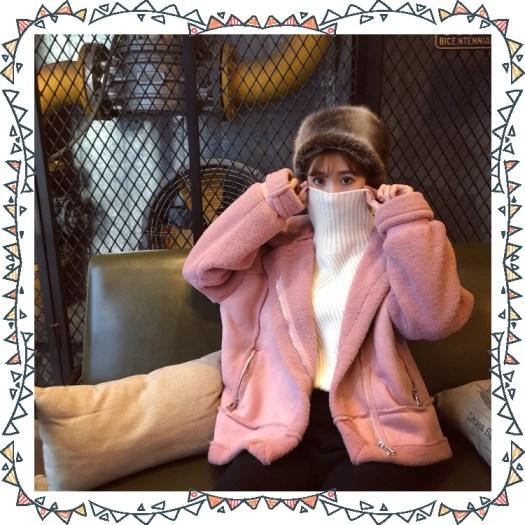 粉色外套、高領毛衣、蒙古帽