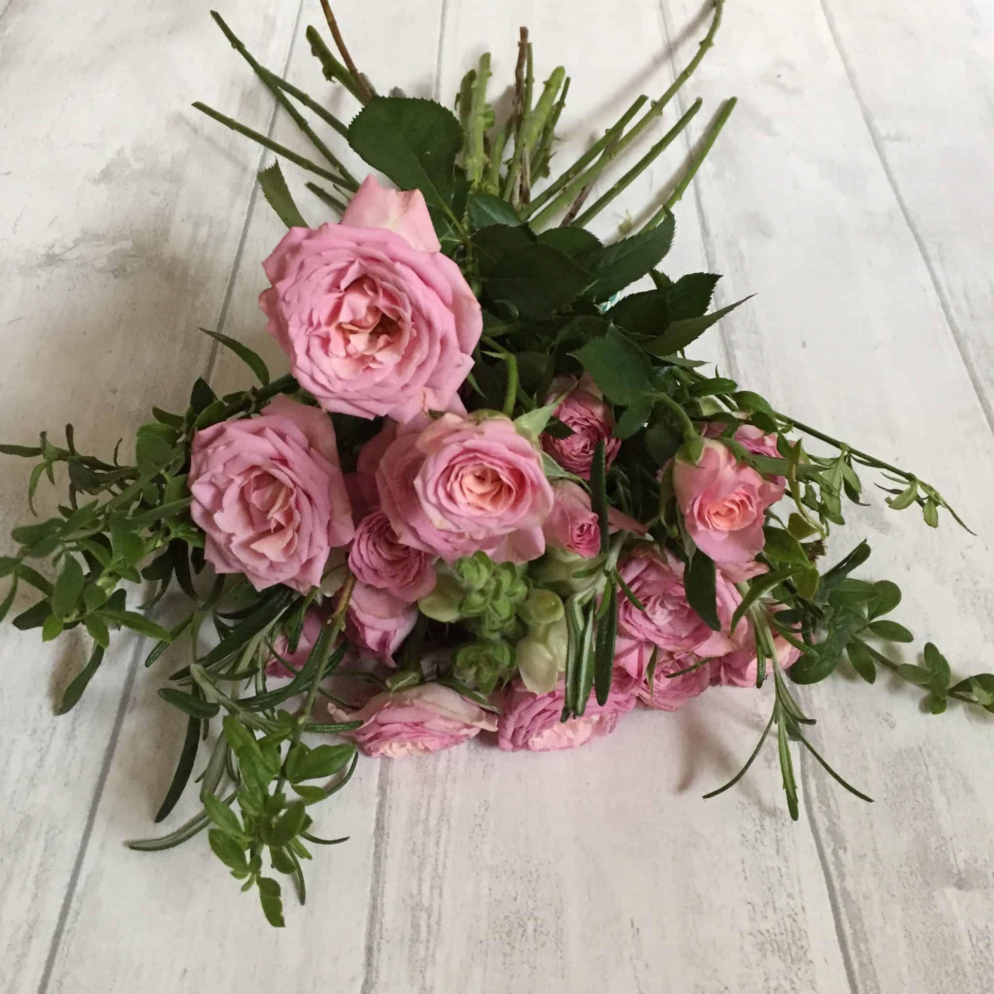 How to arrange flowers online with Flowerstart: handtied arrangement of roses