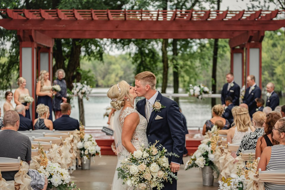 Celebrations on the River Wedding in La Crosse, Wisconsin | Pink Spruce Photography | http://www.pinksprucephotography.com