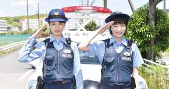 「女子警察的反擊」正式開鏡~ 戶田惠梨香 X 永野芽郁化身養眼女警組合,開罰單招嫌。