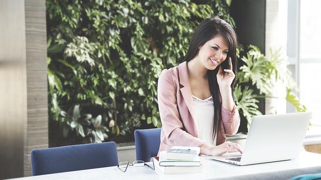 https://pixabay.com/en/woman-working-business-woman-laptop-690036/