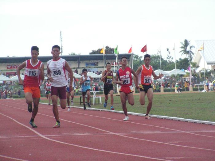 115 (Matchino) holds off Gallerion 288. Photo Credit: Airnel T. Abarra copyright 2015, pinoyathletics.info