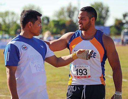 Stuart takes some pointers in the Hammer throw from 4x SEA Games Champion Arniel Fererra