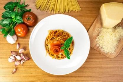 spaguetti-al-pomodoro-pinsa-di-roma
