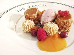 """Abricot et lavande au chocolat Valrhona """"Dulce"""", glace lactée et framboise"""
