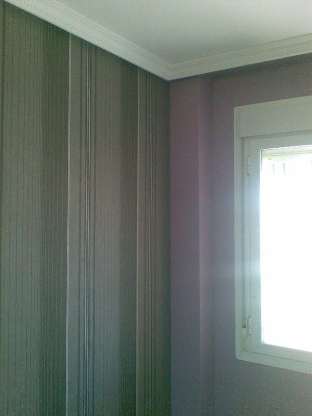 Dormitorio plastico morado y papel a rayas grises con negro