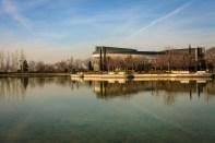 Lago y pabellón deportivo