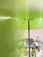 Reflejos sobre estuco veneciano verde paredes wc
