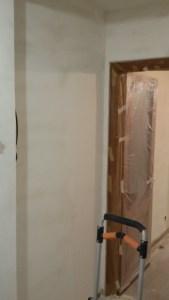 Aplicado 3ª mano de aguaplast fino en paredes entrada (3)