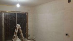 Aplicando 3ª mano de aguaplast fino en paredes salon falta parte alta (2)