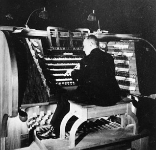 Frauenkirche organ console in 1945, photo from Deutsche Fotothek