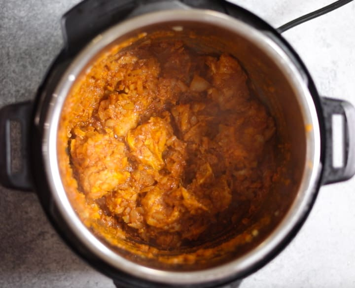 Chicken marinated in vindaloo sauce added to instant pot