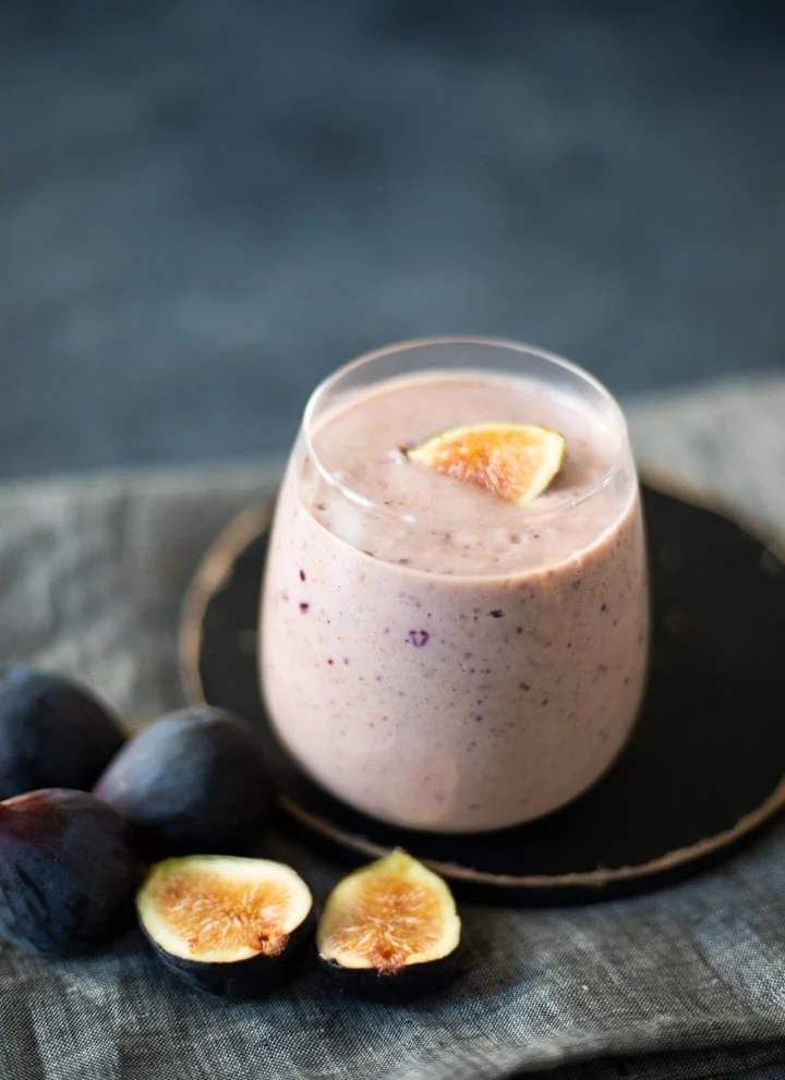 Fid smoothie with some figs lying beside the glass