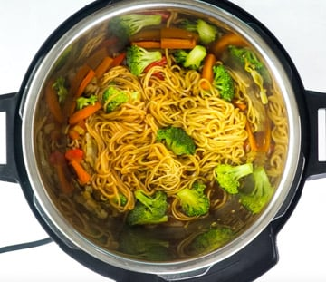 Cooked noodles with broccoli in the instant pot
