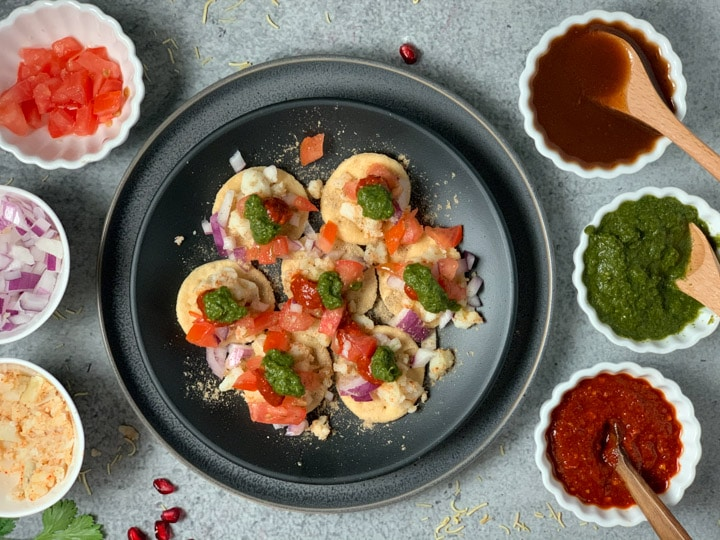 Green chutney topped on puri