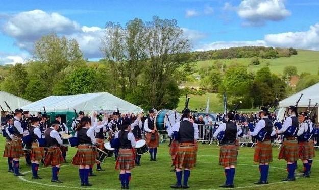 Oban pipe band in action