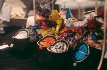 Vintagehenkisiä kukkaroita, asusteita ja vaatteita (c) Henrik Campos