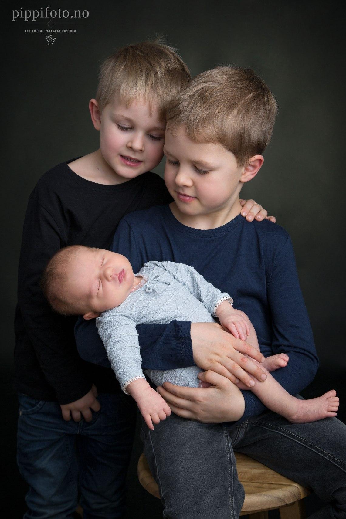 søskenfoto-søskenbilder-nyfødtfotografering-nyfødtfoto-familiefotografering