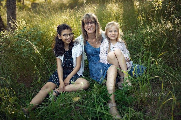 mor-og-barn-familiefotografering-søsken-søstre-søskenbilder