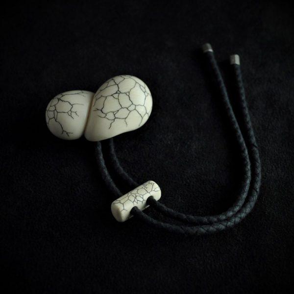 Netzuké sur ivoire de mammouth de Sibérie avec scrimsahw ou gravure à l'aiguille