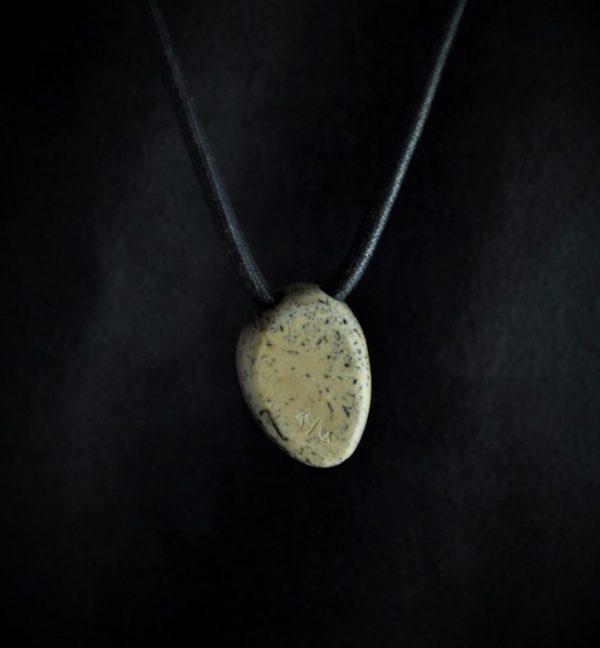 Cap d'oiseau esquimau en os de morse fossile et ivoire de mammouth
