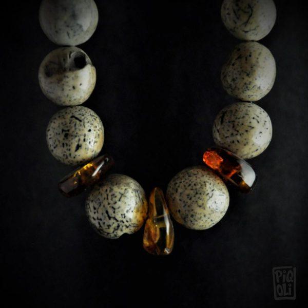 collier ambre de la baltique et os de morse fossile d'alaska
