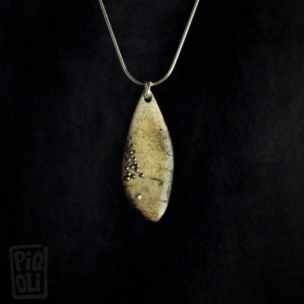 Poisson en os de morse fossile d'Alaska avec incrustations d'argent et ivoire de mammouth