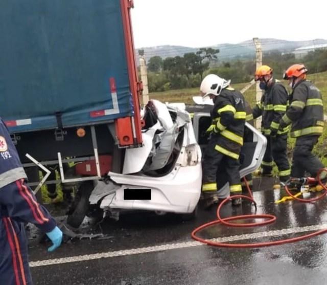 Uma foto dos bombeiros no socorro em acidente no interior de SP