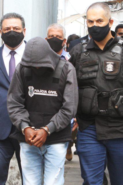 Uma foto do criminoso sendo preso pela Polícia Civil