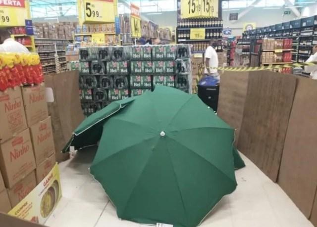 Uma foto do homem morto e coberto no Carrefour