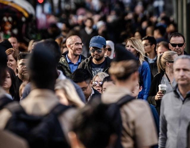 Uma foto que mostra pessoas andando na rua